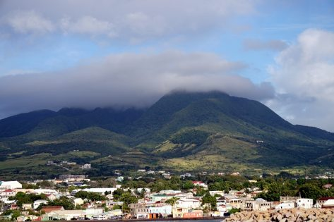 Widok z w morza na Basseterre oraz górujące nad miastem szczyty